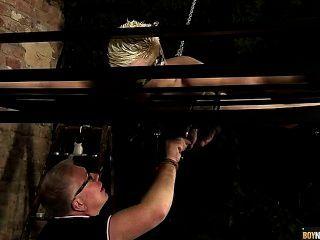 एक गुलाम लड़कों मुर्गा draining