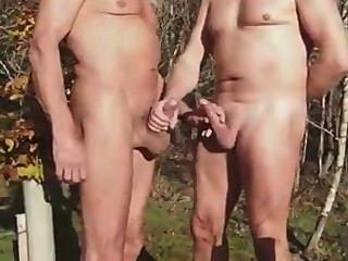 पार्क में 2 परिपक्व आदमी।