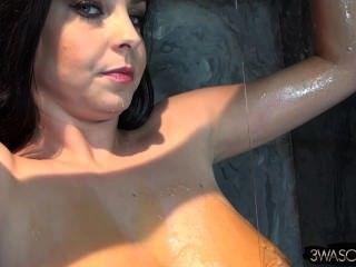 बड़ी प्राकृतिक एक चिपचिपा गंदगी में कवर स्तन