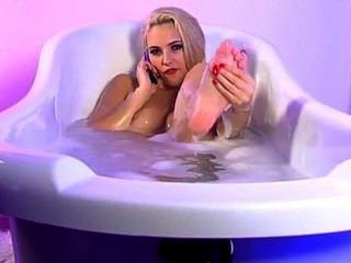 स्नान 3 में सोफिया नाइट पैर