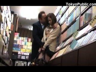 किताबों की दुकान में जापानी छात्रा सार्वजनिक सेक्स