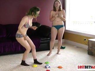 दो लड़कियां पट्टी का एक खेल खेलते हैं रंग से मेल