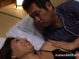 Busty milf खुद को छूना है, जबकि पुरुष उसके बगल में सो रही उसकी मवाद हो रही है