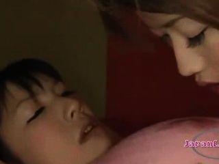 एशियाई लड़की हथकड़ी और उसकी नाक पाला निपल्स sucke हो रही mouthgagged