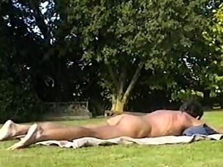 बाहर धूप सेंकने