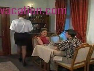 शर्मीला गोरा से पता चलता है स्तन और हमलों मुर्गा जब वह सींग का बना पोशाक पुरूष हो जाता है