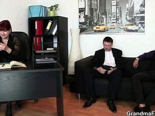 गर्म व्यापार औरत दो लंड लेता है