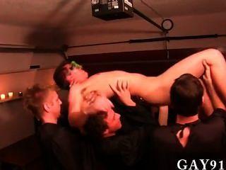 इस सप्ताह प्रस्तुत करने के समलैंगिक क्लिप कुछ असामान्य यातना के तरीकों की सुविधा है,