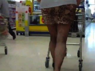 एक मोटी गधा मिनी स्कर्ट सार्वजनिक चमकती पर कोई पैंटी के साथ परिपक्व निम्नलिखित