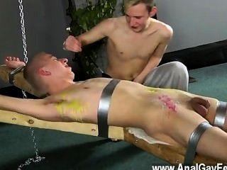 कट्टर समलैंगिक डीन गुदगुदी हो जाता है, उष्ण पैराफिन मोम पर डालते उसकी
