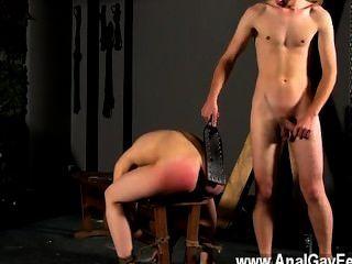 सेक्सी समलैंगिक दिखाने पर उसके छेद के साथ बेंच करने के लिए बंधे, पहले cristian