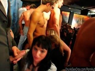गंदा क्लब लड़कियों जनता में डिक्स चूसना
