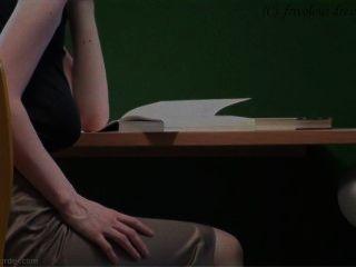 पुस्तकालय में braless