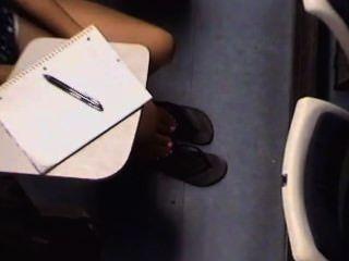 खरा एशियाई कॉलेज की लड़कियों पैर और पैरों