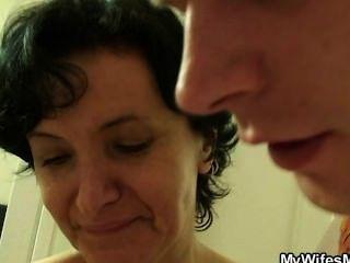 जब उसे उसकी माँ कमबख्त पाता पत्नी पागल हो जाती है