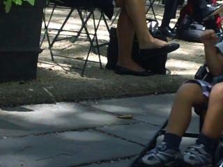 खरा Shoeplay झूलने पैरों और एक भाग