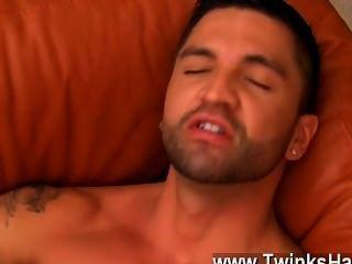 गर्म समलैंगिक यौन संबंध डोमिनिक उसकी जीभ के साथ उनकी उत्सुक fuckholes पर काम करता है,