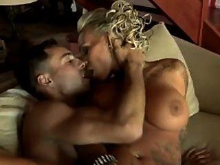 टैटू वेश्या कंडोम के बिना fucks