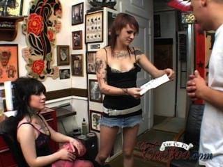 2 टैटू लड़कियों गुदा और मेरे टैटू ट्रेलर पर कट्टर सह के साथ त्रिगुट