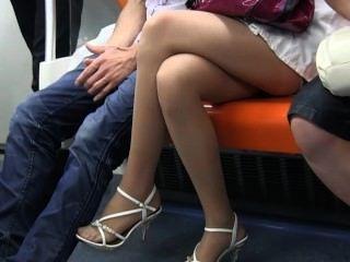 सेक्सी किशोरों नायलॉन पैर और ट्रेन पर सरासर नाइलन में पैर