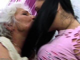 वह अपनी दादी इतना प्यार करता है ....
