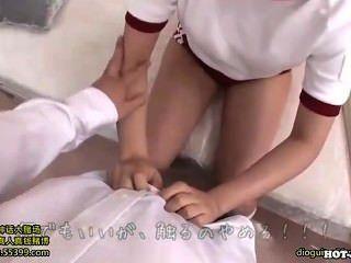 जापानी लड़कियों को मंत्रमुग्ध kitchen.avi में गर्म परिपक्व महिला
