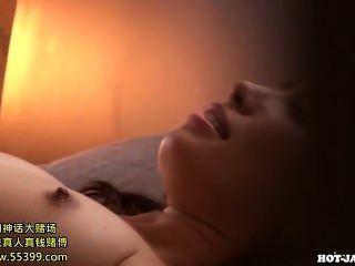 जापानी लड़कियों kitchen.avi में मोहक बहन के साथ हस्तमैथुन