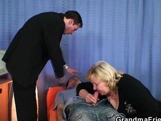 दादी डबल blowjob देता है और हो जाता है doggystyled