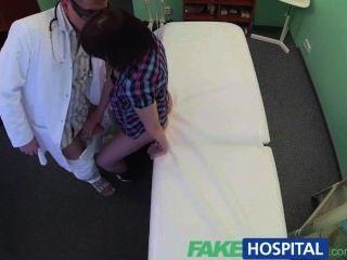 FakeHospital डॉक्टर मौखिक सेक्स और कमबख्त के माध्यम से रोगी अवसाद हल करती है