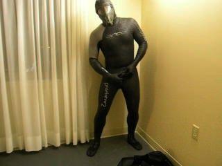 परिवर्तन को पूरा करने के रूप में मैं Orca शिकारी wetsuit में बदल