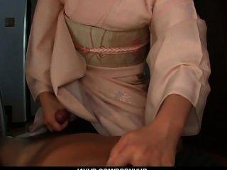 किशोर मैरिका एक एशियाई पीओवी blowjob देता है और सह निगल