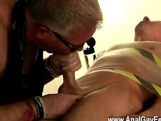 नग्न पुरुषों ठंड धातु मेज के नीचे तंगी, जेक अपने विशाल है