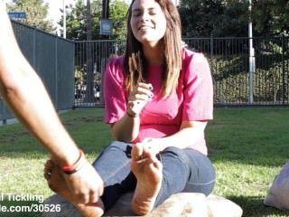 जेसिका गंदे पैर गुदगुदी 2