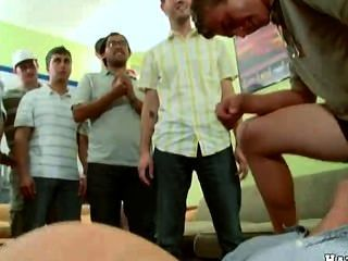 समलैंगिक बिरादरी लड़कों धुन्ध का पहिया सामना कर रहा है