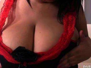 श्यामला उसके विशाल आकार स्तन के साथ मज़ा आ रहा है