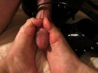 गोरा shoejob देता है और licks (दो बार) पैर की उंगलियों और जूते से सह