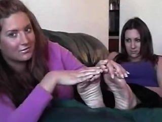 दो मोटा cuties एक दूसरे के पैर की एक त्वरित सूंघ लेते हैं