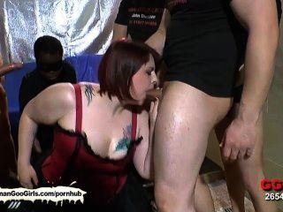 सेक्सी बीबीडब्ल्यू बेब किम उसके मुँह लोगों का एक समूह द्वारा गड़बड़ हो जाता