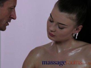 बड़े स्तन के साथ मालिश कमरे मिठाई युवा किशोर उसे तेल भरा भट्ठा हो जाता है
