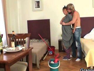 परिपक्व सफाई औरत के साथ सुबह सेक्स