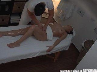 किशोर लड़की massagetable पर कठिन बकवास हो जाता है