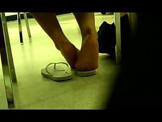 पुस्तकालय में जर्मन लड़की पैर